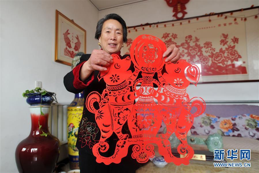 """(社会)(2)河北黄骅:""""非遗""""剪纸喜迎春"""
