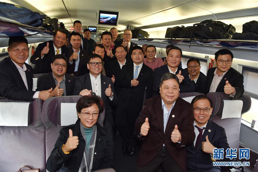 (两会·图文互动)(1)港区全国人大代表和政协委员首次集体乘高铁抵京参会