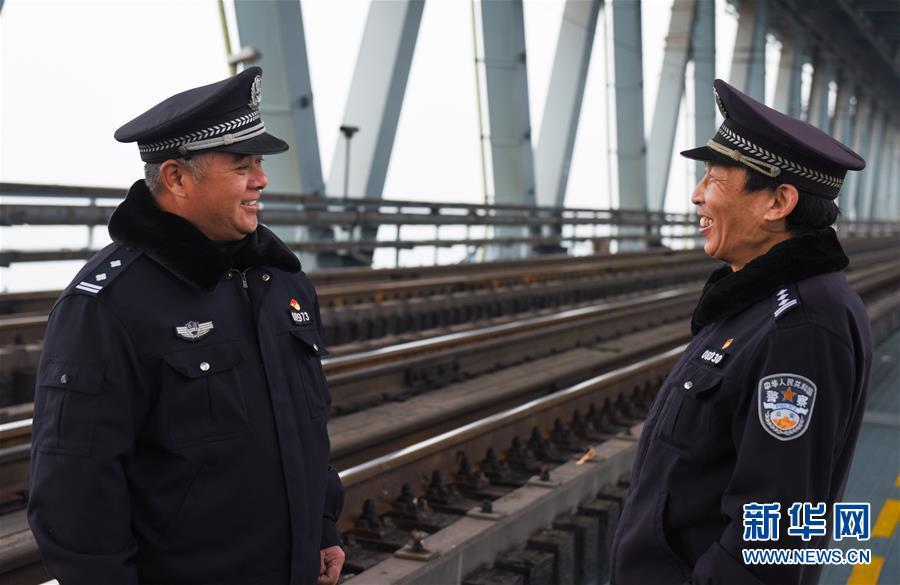 (新春走基层)(1)长江大桥南北的坚守与团聚