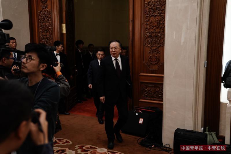 3月2日,北京,人民大会堂,全国政协十三届一次会议首场新闻发布会,大会新闻发言人王国庆入场。中国青年报·中青在线记者 赵迪/摄