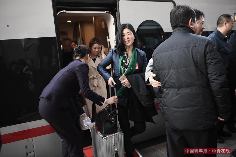 3月2日,出席十三届全国人大一次会议的湖南代表团乘坐G84次列车抵达北京,当日是农历正月十五元宵节。中国青年报·中青在线记者 王婷舒/摄