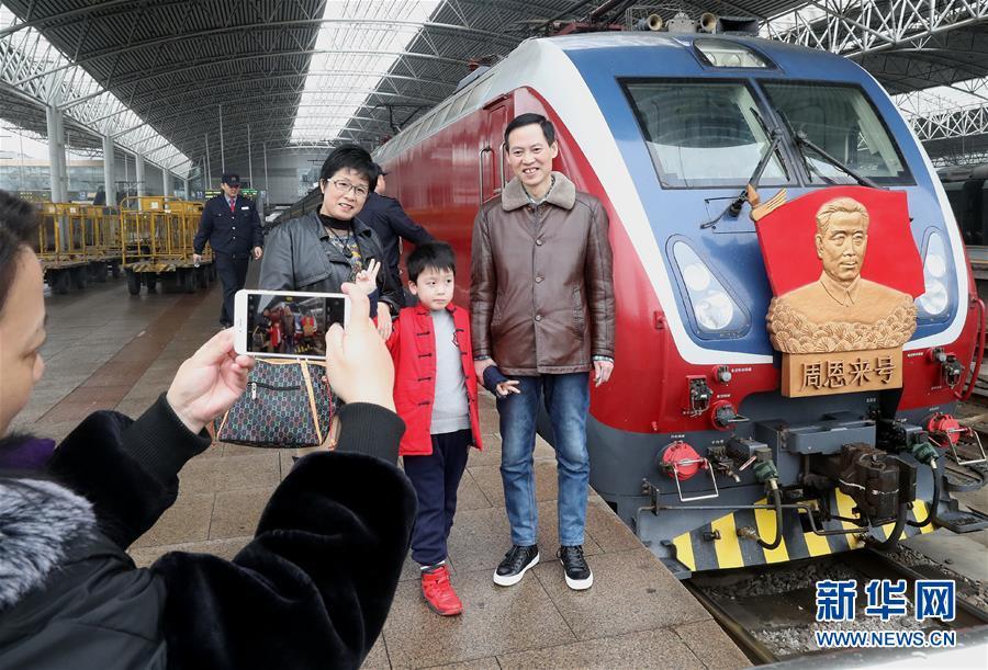 """(新春走基层)(1)""""周恩来号""""机车连续40年投入春运"""