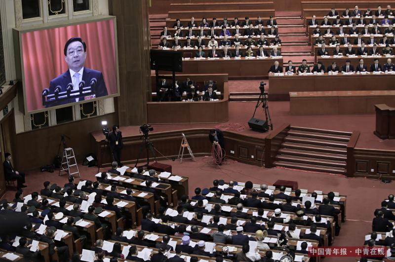 3月5日,第十三届全国人民代表大会第一次会议在北京人民大会堂开幕,十二届全国人大常委会副委员长兼秘书长王晨作关于中华人民共和国宪法修正案草案的说明。中国青年报·中青在线记者 赵青/摄