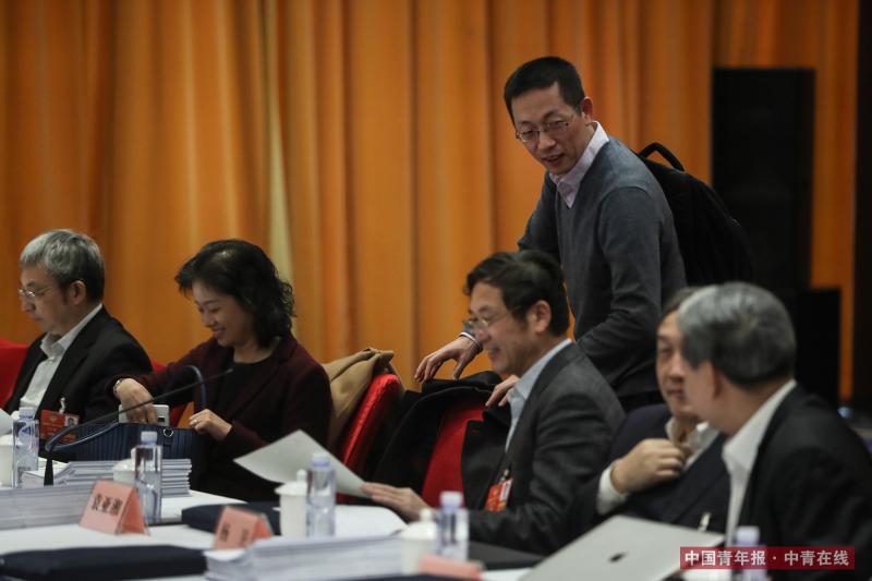 3月12日,北京丰大国际酒店,全国政协十三届一次会议科协界别小组讨论开始前,全国政协委员、清华大学原副校长施一公准备落座。中国青年报·中青在线记者 赵迪/摄