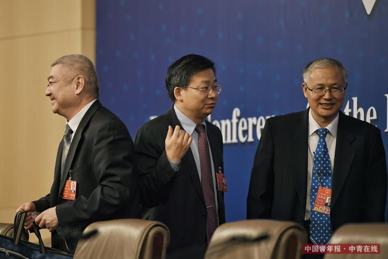 """3月12日上午,北京梅地亚中心,全国人大常委会法工委副主任王超英(左)、副主任许安标(中)在记者会结束后准备离场。当天,他们就""""人大立法工作""""相关问题回答媒体提问。 中国青年报·中青在线记者 王婷舒/摄(编辑:李峥苨)"""