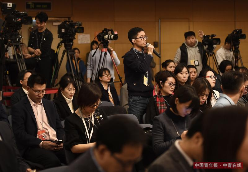3月12日上午,北京梅地亚中心,中国青年报·中青在线记者王鑫昕在十三届全国人大一次会议关于人大立法工作的记者会上,针对近年来屡屡发生的校园欺凌事件提问。十二届全国人大内务司法委员会副主任委员王胜明在回答时表示,将在相关法律的修法过程中认真研究并提出解决办法。中国青年报·中青在线记者 王婷舒/摄
