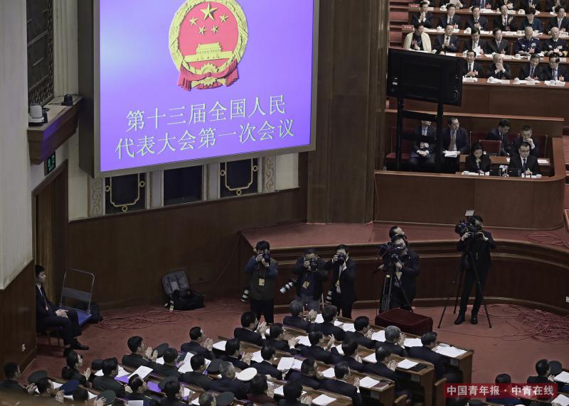 3月13日,十三届全国人大一次会议在人民大会堂举行第四次全体会议,国务委员王勇作关于国务院机构改革方案的说明后,台下列席的各位部长们一起鼓掌。中国青年报·中青在线记者 赵青/摄
