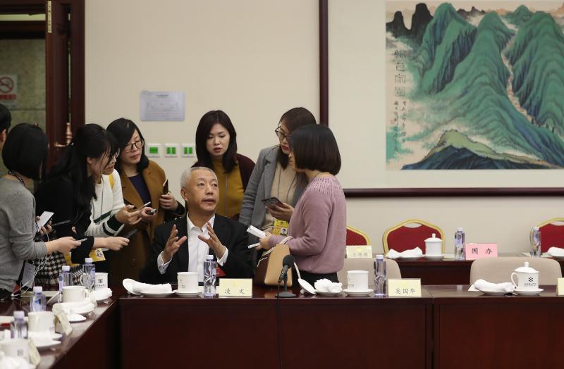 3月5日,北京会议中心,全国政协十三届一次会议小组会议后,全国政协委员、国家能源集团总经理凌文接受记者采访。凌文表示,在考虑能源发展时,要客观公正地看待煤炭这种资源,在定义是否是清洁能源时,不应只看出身,而要看它最终的排放。中国青年报·中青在线记者 赵迪/摄
