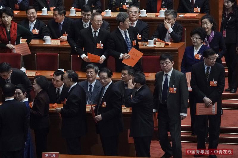 3月14日下午,全国政协十三届一次会议在人民大会堂举行第四次全体会议,选举新一届政协常委会,主席台上的委员排队投票。中国青年报·中青在线记者 赵迪/摄
