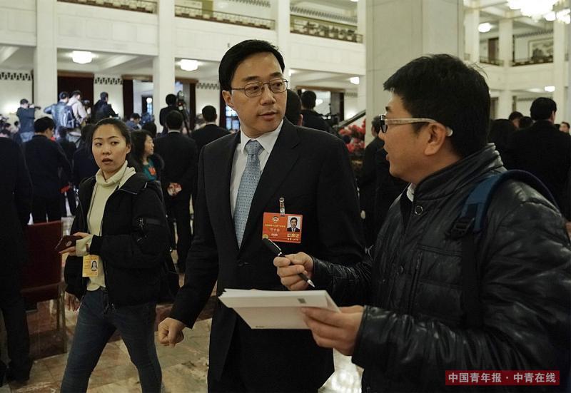 """3月15日,北京人民大会堂,""""星光中国芯""""工程总指挥、北京中星微电子有限公司首席科学家邓中翰在""""委员通道""""采访结束后继续回答记者提问。当天,邓中翰表示,中国芯片产业未来要在国际前沿的无人地带实现领跑。中国青年报·中青在线记者 赵迪/摄"""