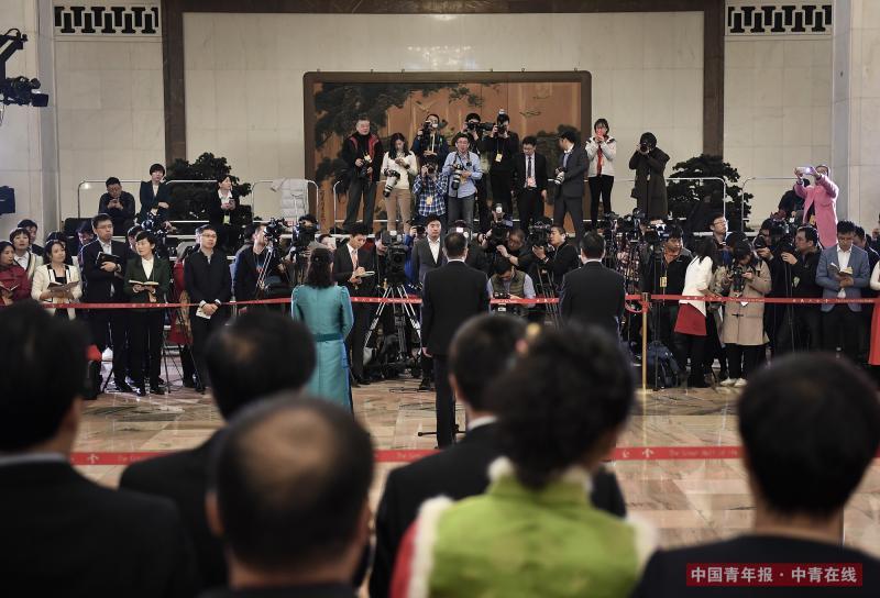 """3月20日上午,今年全国两会最后一场""""代表通道""""集中采访活动在北京人民大会堂举行。当日,十三届全国人大一次会议在人民大会堂举行闭幕会。中国青年报·中青在线记者 王婷舒/摄"""