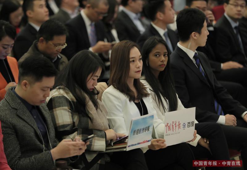 3月20日,中国青年报·中青在线记者胡春艳(前排左三)参加十三届全国人大一次会议国务院总理记者会。中国青年报·中青在线记者 赵青/摄
