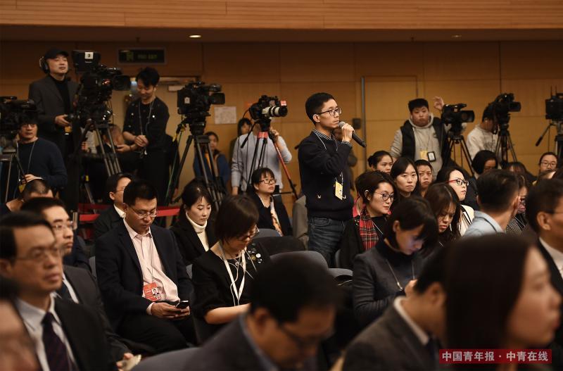 3月12日上午,十三届全国人大一次会议关于人大立法工作的记者会上,中国青年报·中青在线记者王鑫昕针对近年来屡屡发生的校园欺凌事件提问。十二届全国人大内务司法委员会副主任委员王胜明在回答时表示,将在相关法律的修法过程中认真研究并提出解决办法。 中国青年报·中青在线记者 王婷舒/摄