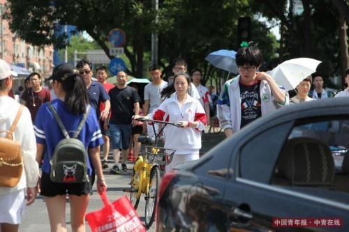 6月7日下午,北京市八一学校,独自前往考点的考生。中国青年报·中青在线实习生 康书源/摄