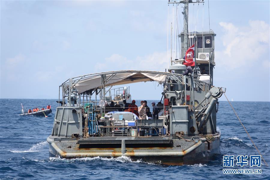 7月8日,在泰国普吉,泰国军方的搜救船只在失事海域进行搜救。中国驻泰国大使馆确认,截至8日上午9时,中国公民有41人在泰国普吉岛翻船事故中遇难。截至目前,事故共造成42人死亡,仍有15人失踪。新华社记者秦晴 摄