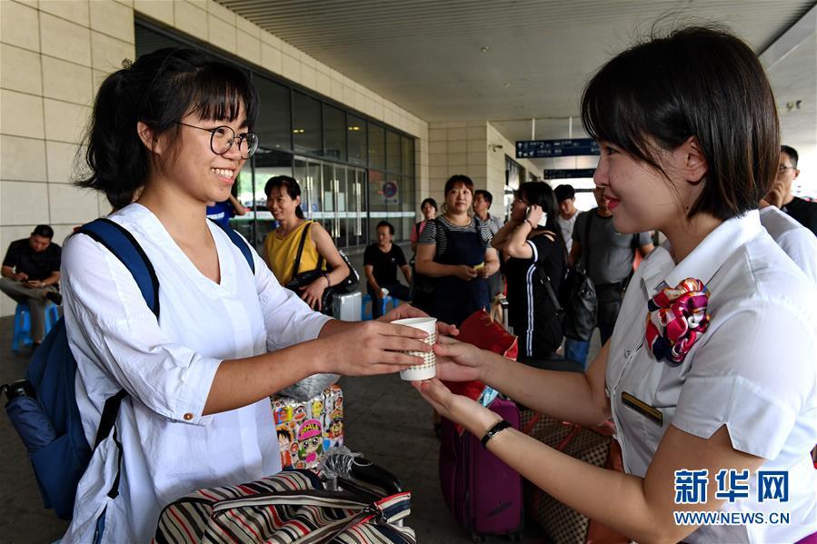 (社会)(2)福州火车站:热情服务迎新生