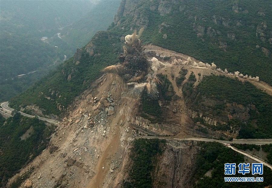 (社会)(2)北京房山军红路实施爆破清理