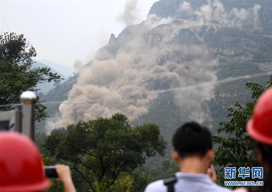 (社会)(4)北京房山军红路实施爆破清理