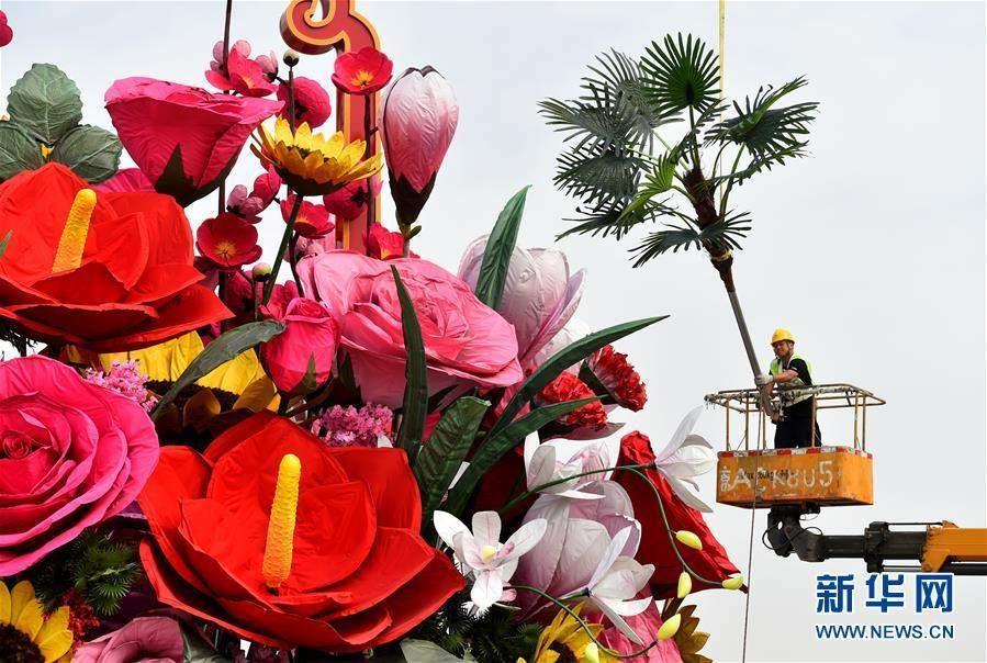 """(社会)(2)天安门广场""""祝福祖国""""巨型花篮现雏形"""