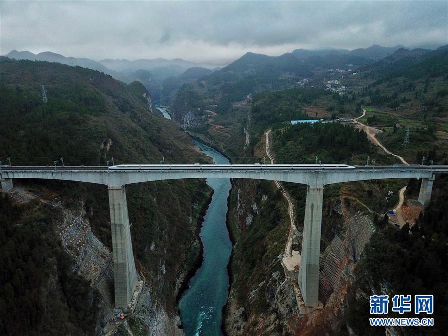 (壮阔东方潮 奋进新时代——庆祝改革开放40年·变迁·图文互动)(7)列车飞驰四十载——改革开放中的中国铁路巨变