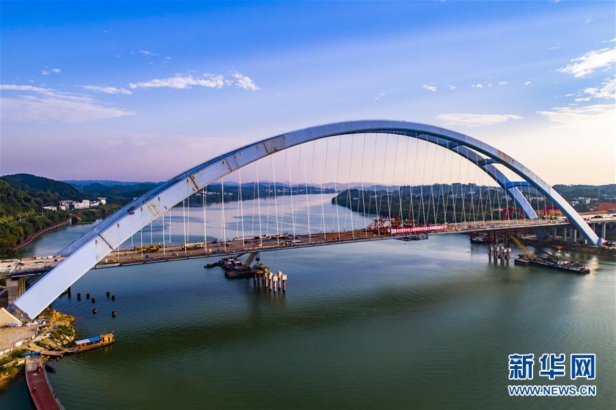#(经济)(1)广西柳州官塘大桥全部钢箱梁安装完成顺利合龙