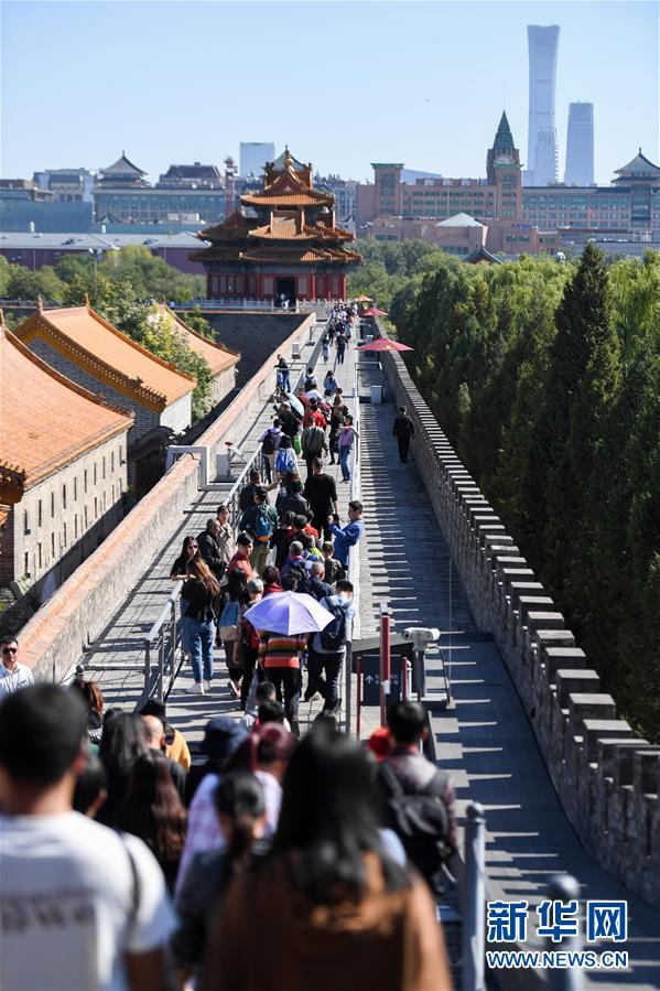 (社会)(1)国庆假期最后一天 游客参观故宫游兴不减
