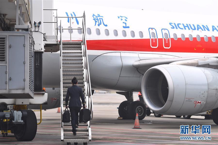 """(图片故事)(4)""""90后""""航空安全员汤春燕:""""愿每一次飞行都喜乐平安"""""""