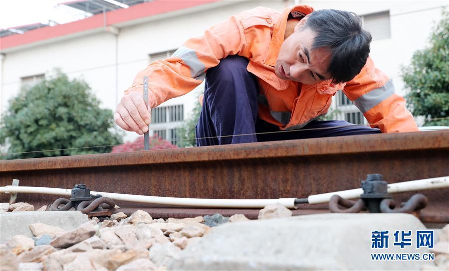 (社会)(1)三代铁路线路检修工 四十年传承更上一层