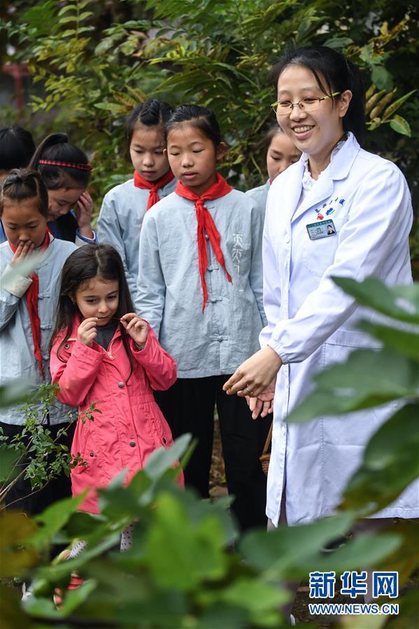 (教育)(2)世界传统医药日 中草药文化进校园