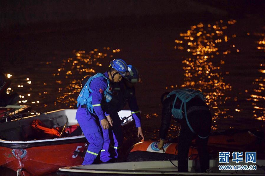 (重庆公交车坠江事故·图文互动)(1)夜幕降临,重庆万州公交客车坠江事故救援工作仍在进行中