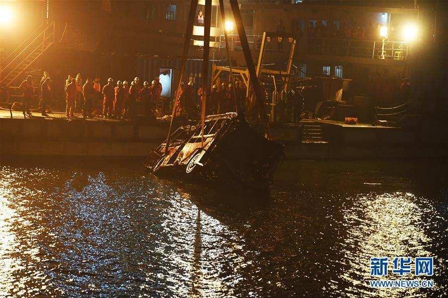 (重庆公交车坠江事故·后续)(1)重庆万州坠江公交车打捞出水