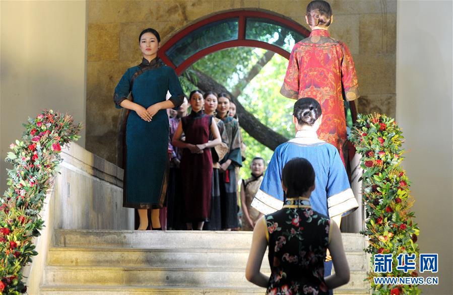 #(文化)(1)博物馆里秀旗袍