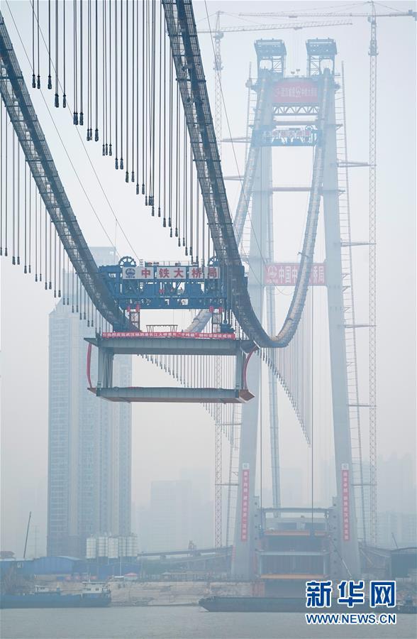 (图文互动)(5)世界最大跨度双层悬索桥启动钢梁架设