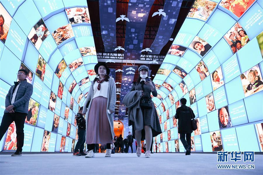 """(社会)(1)""""伟大的变革——庆祝改革开放40周年大型展览""""吸引众多参观者"""