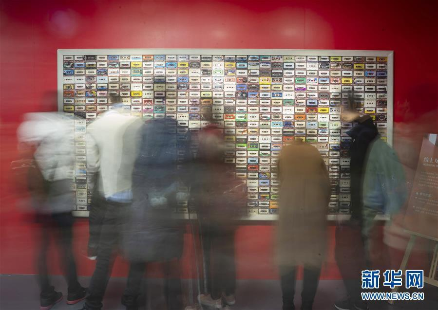 """(社会)(1)""""伟大的变革——庆祝改革开放40周年大型展览""""观者如云"""