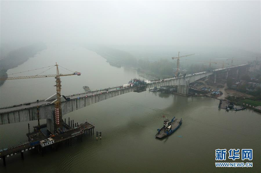 (经济)(1)商合杭铁路跨淮河特大桥成功合龙