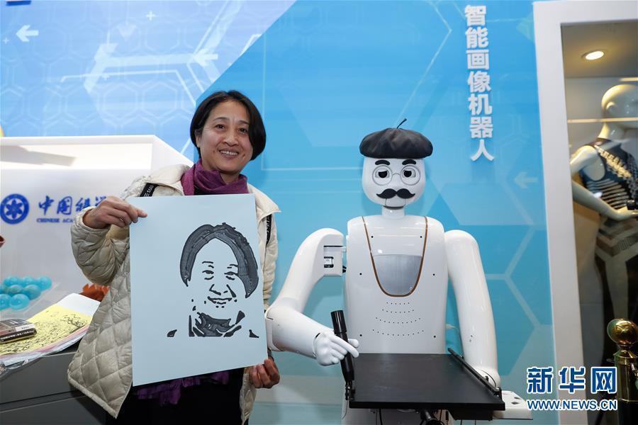 (文化)(1)在改革開放40周年展覽上體驗科技互動