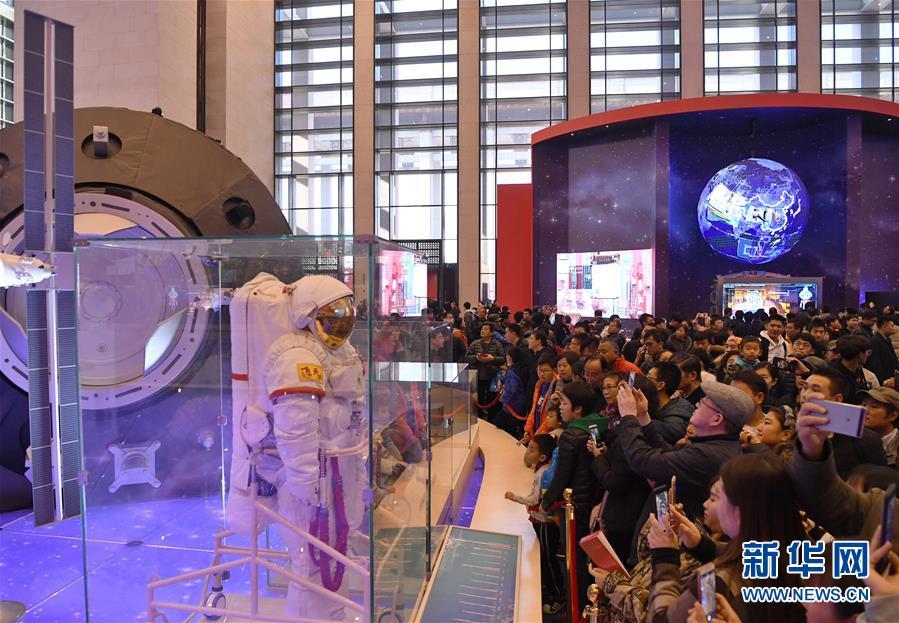 """(社会) (2)""""伟大的变革——庆祝改革开放40周年大型展览""""人气旺"""