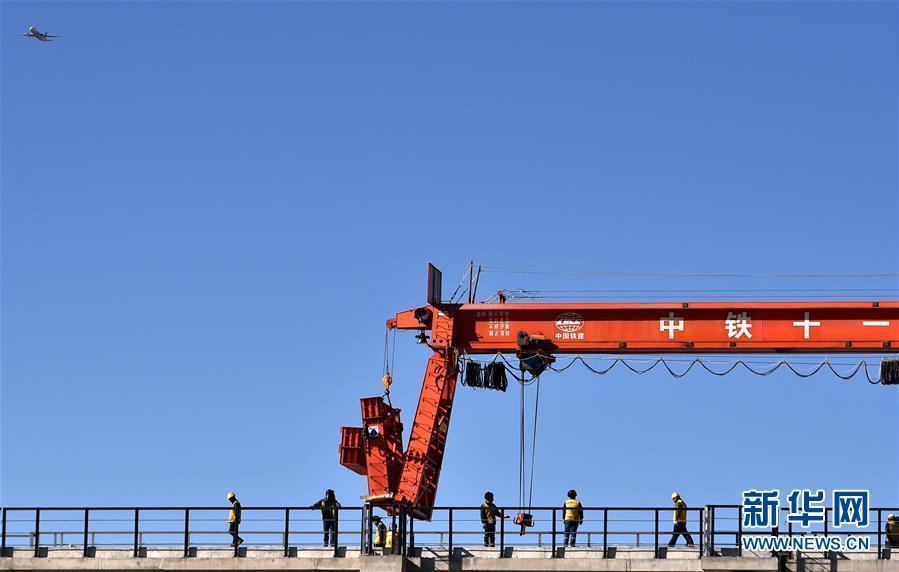 (经济)(1)川藏铁路拉林段第一座跨雅鲁藏布江大桥铺轨