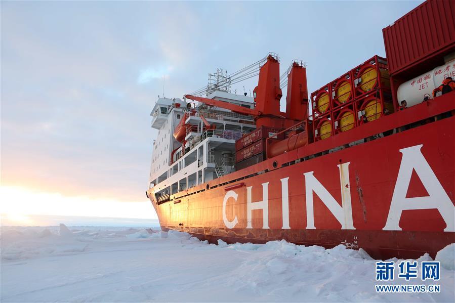 """(""""雪龙""""探南极·图文互动)(4)""""雪龙""""号到达南极中山站冰上卸货地点"""