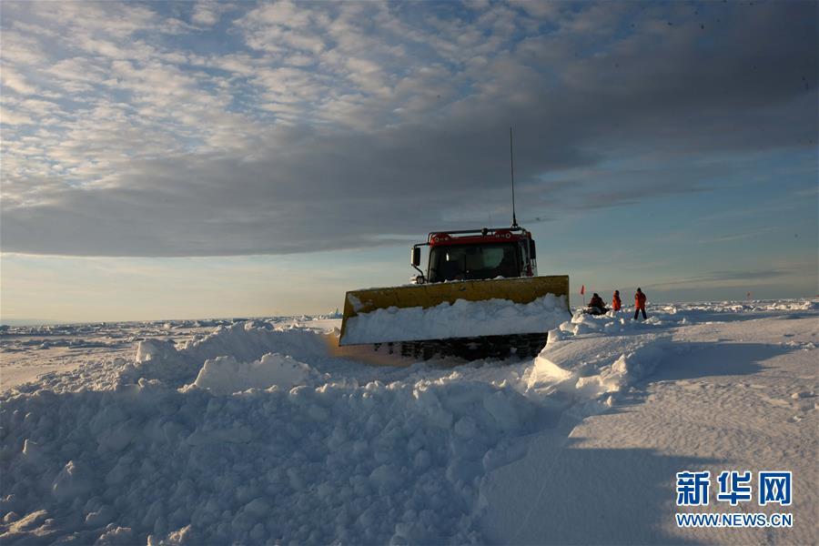 """(""""雪龙""""探南极·图文互动)(7)通讯:44公里探冰""""筑路""""记"""