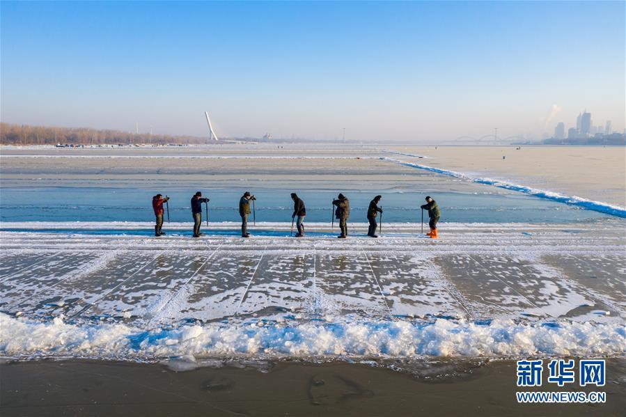 #(社會)(1)松花江上采冰忙