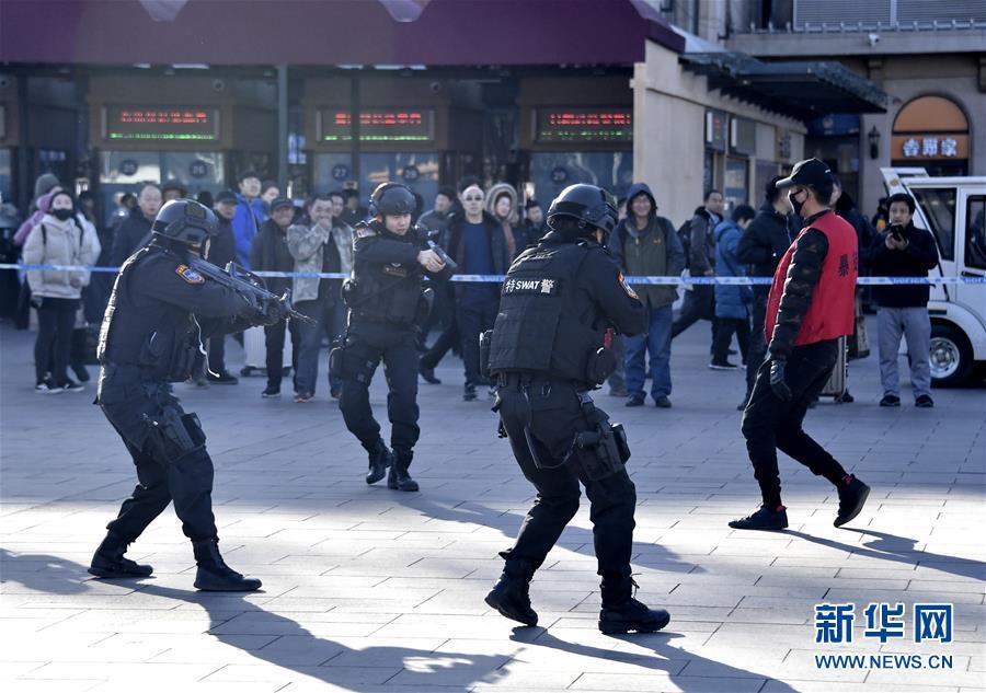 (社会)(1)北京铁路公安系统举行春运安保演习