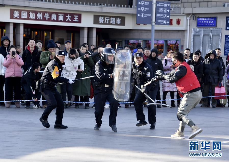 (社会)(3)北京铁路公安系统举行春运安保演习