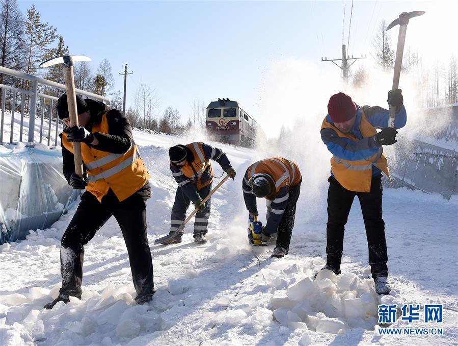 (关注春运)(1)风雪铁路人 坚守保春运