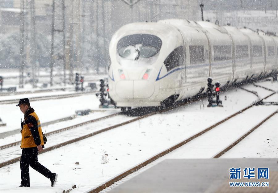 (社会)(3)铁路职工坚守岗位 保障旅客安全出行