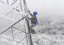 """(中国网事·图文互动)(3)顶风冒雪,他们打赢了这场大山深处的""""春运保卫战"""""""