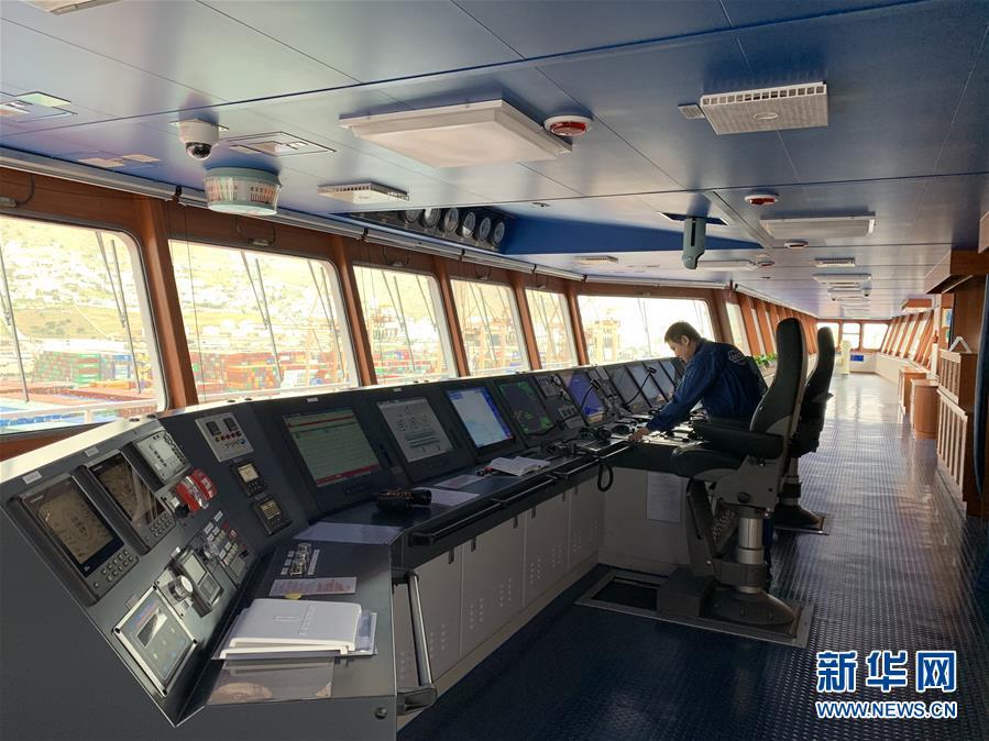 (国际·图文互动)(1)中国超大型集装箱货轮抵达希腊比港