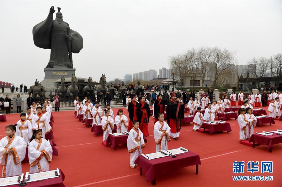 """(社会)(1)西安学童""""开笔破蒙""""体验传统文化"""