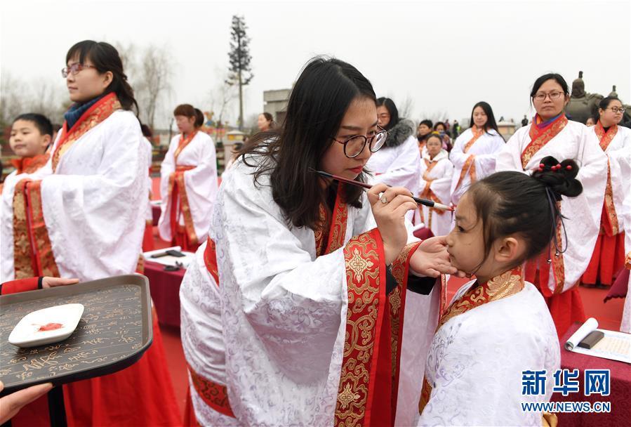 """(社会)(2)西安学童""""开笔破蒙""""体验传统文化"""